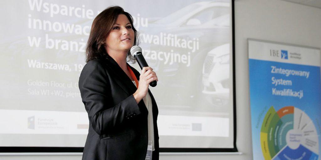 Seminarium Rozwoju kwalifikacji w branży motoryzacyjnej. Prowadząca przemawia przez mikrofon