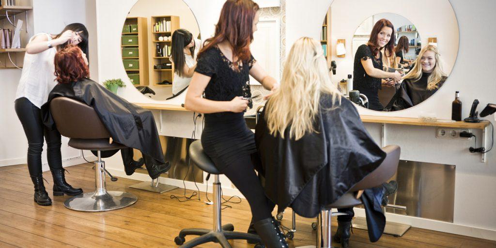 Fryzjerki podczas pracy w salonie fryzjerskim