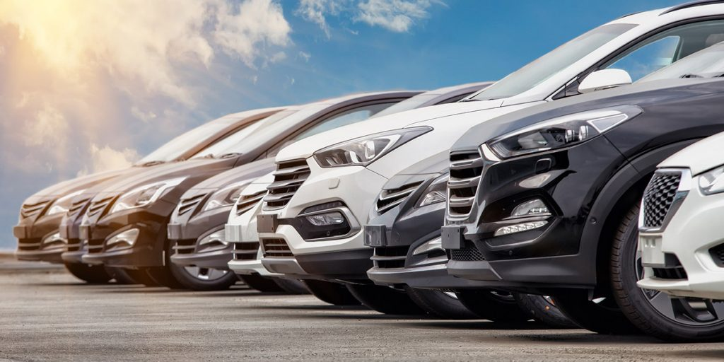 Samochody różnych marek zaprakowane na parkingu