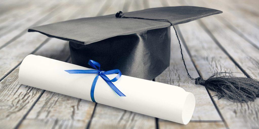 zwinięty dyplom ukończenia szkoły